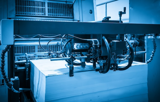 A impressora offset no processo de produção na fábrica de impressão
