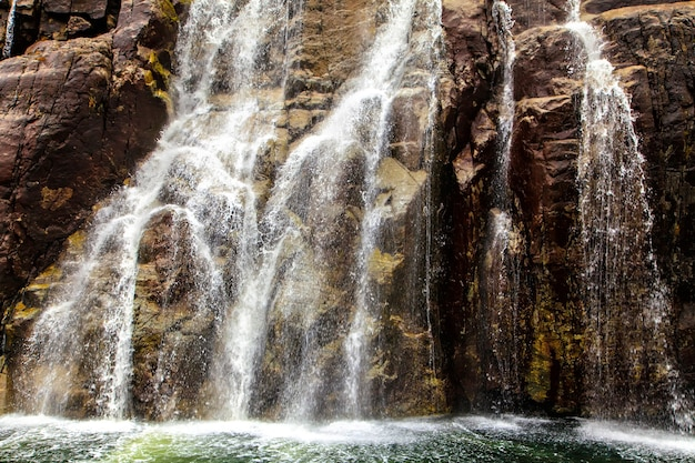 A inclinação da rocha em forma de degraus e cachoeira