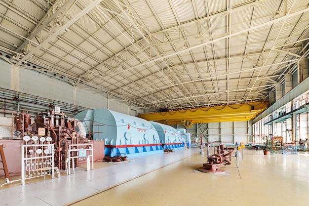 A indústria de energia. a sala para as turbinas a vapor da usina nuclear.