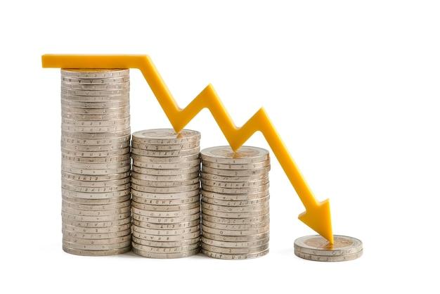 A inflação e a crise econômica do mercado financeiro isolam no fundo branco o arro amarelo ...