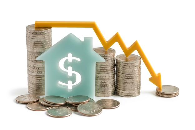 A inflação e o crash do mercado financeiro de crise econômica isolam na casa de fundo branco com um ...