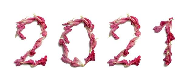 A inscrição 2021 de pétalas de rosa rosa macias frescas em um fundo branco. isolado, close up. feliz ano novo.