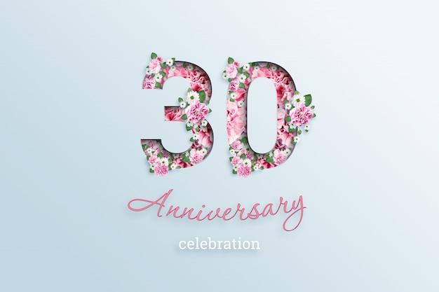 A inscrição 30 número e aniversário celebração textis flores, em uma luz.