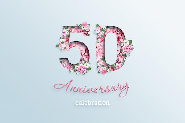 A inscrição 50 número e aniversário celebração textis flores, em uma luz.