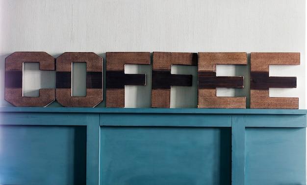 A inscrição café feita de madeira