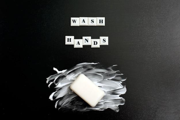 A inscrição lavar as mãos com sabão e espuma