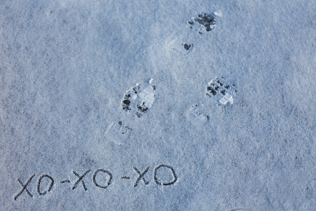 A inscrição na neve é hohoho em ucraniano feliz natal e cartão de feliz ano novo