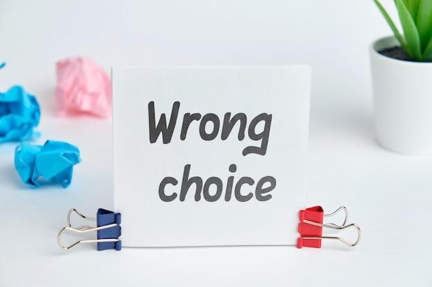 A inscrição no adesivo é a escolha errada como conceito de erro.