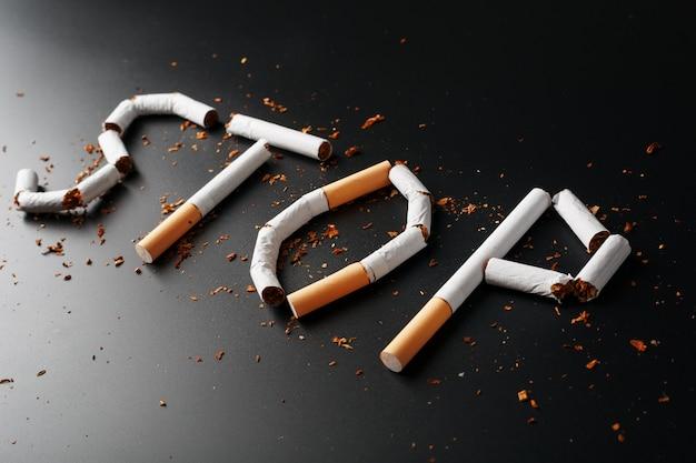 A inscrição parar de cigarros. pare de fumar. o conceito de fumar mata. inscrição de motivação para parar de fumar, hábito pouco saudável.