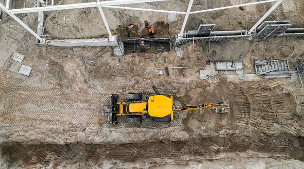 A instalação da estrutura do edifício na vista superior do canteiro de obras