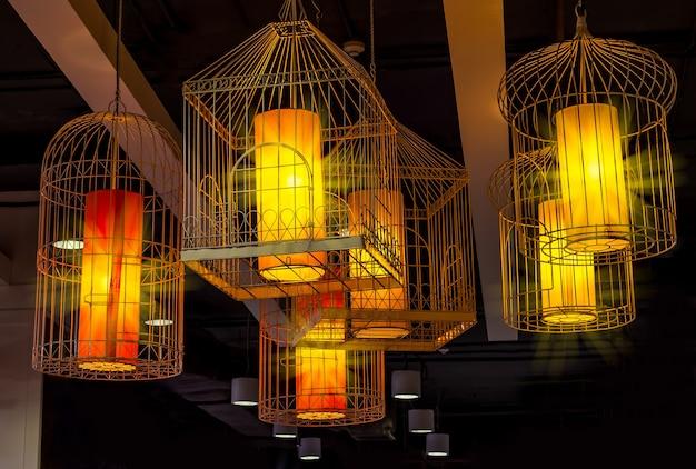 A intrincada luminária suspensa em estilo gaiola