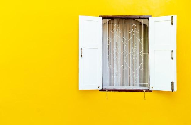A janela de madeira branca foi aberta