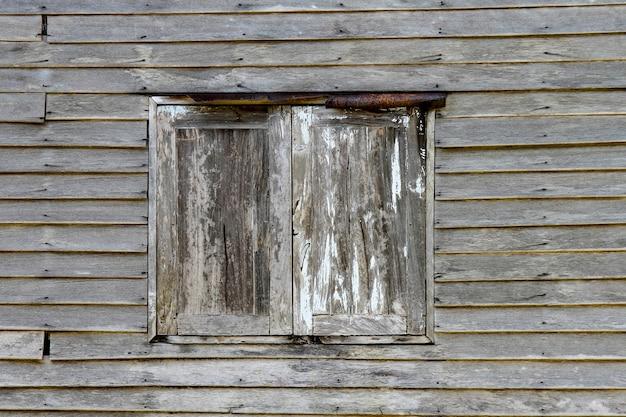 A janela e a parede de madeira velha