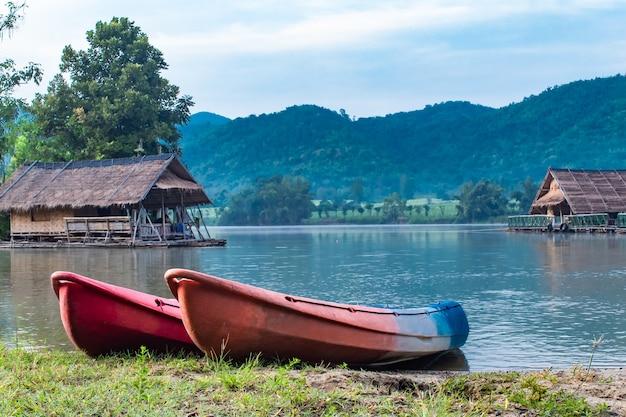 A jangada de madeira e caiaque nos reservatórios de água.