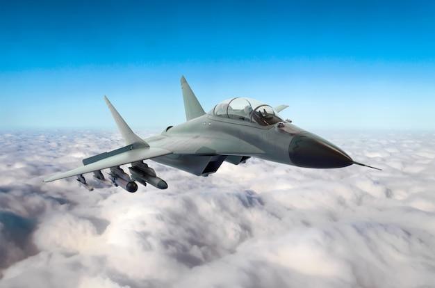 A jato de combate militar voa no céu acima das nuvens
