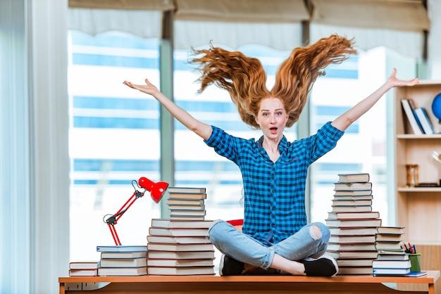 A jovem aluna se preparando para os exames