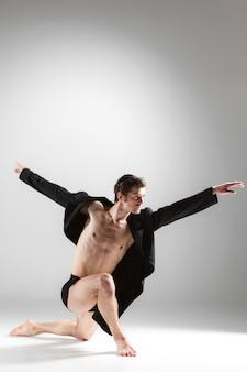A jovem dança de balé moderna atraente