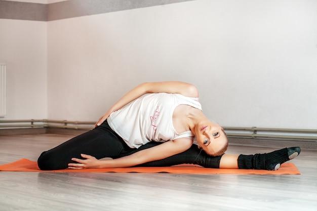 A jovem está envolvida em fitness. o conceito de esportes, fi