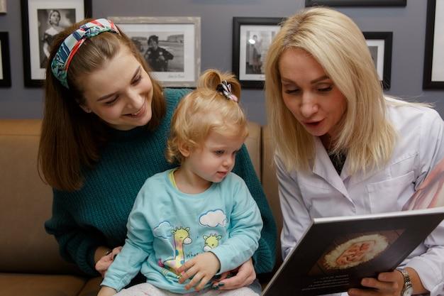 A jovem família veio à clínica