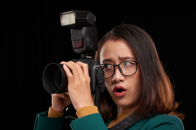 A jovem fotógrafa está impressionada com o conteúdo que ela vai filmar