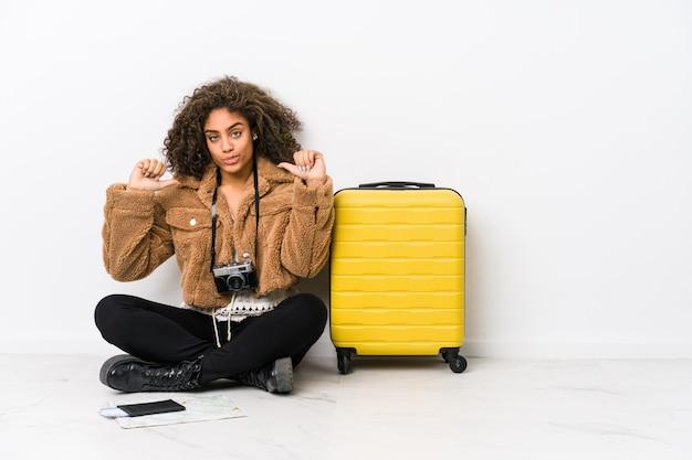 A jovem mulher afro-americana pronta para uma viagem sente-se orgulhosa e auto-confiante, exemplo a seguir.
