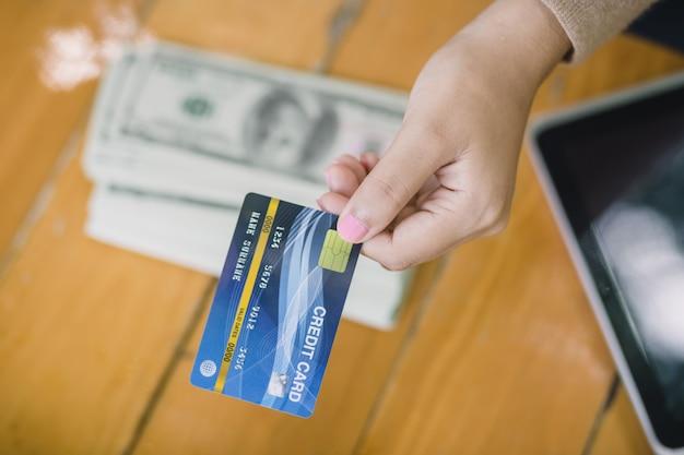A jovem mulher asiática decidiu pagar com cartão de crédito em vez de dinheiro. no café