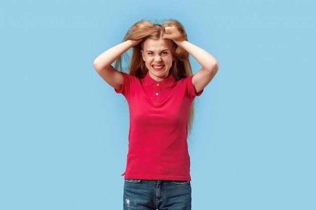 A jovem mulher com raiva e medo emocional em pé