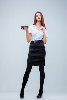 A jovem mulher de negócios cinza