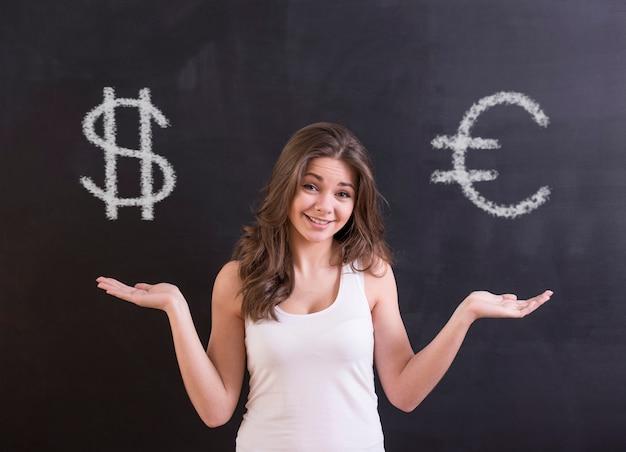 A jovem mulher está escolhendo entre o dólar e o euro.