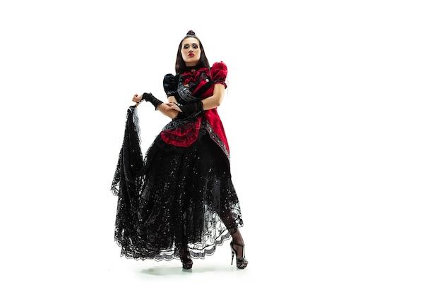 A jovem vestida em estilo medieval posando no estúdio como marquesa