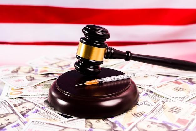 A justiça americana leva traficantes de drogas e empresas farmacêuticas a julgamento por corrupção.