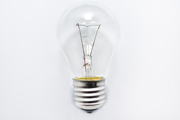 A lâmpada incandescente encontra-se sobre um fundo branco