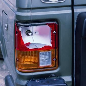 A lâmpada traseira do carro prateado quebrada pelo acidente. conceitos - acidente, seguro de carro, acidente de trânsito.