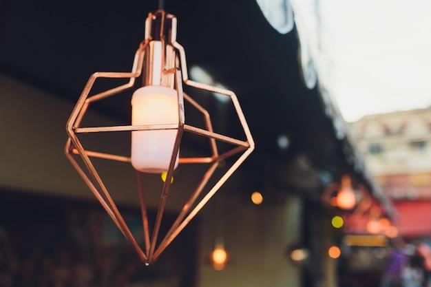 A lâmpadas de rua com decoração de design clássico.
