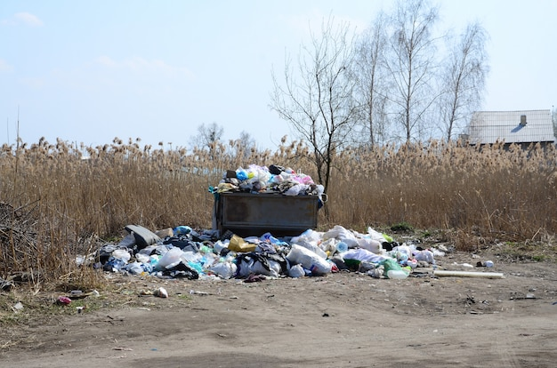 A lata de lixo está cheia de lixo e lixo. remoção intempestiva de lixo em áreas povoadas