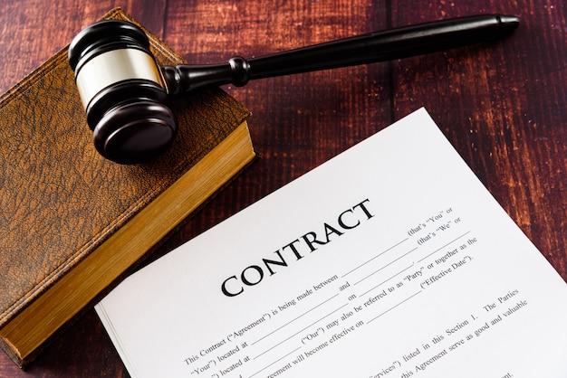 A legalidade de um contrato é ditada por um juiz em caso de demanda.