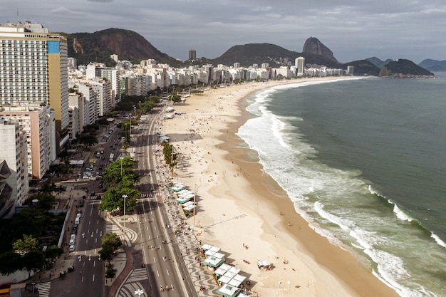 A lendária praia de copacabana no rio de janeiro, brasil.