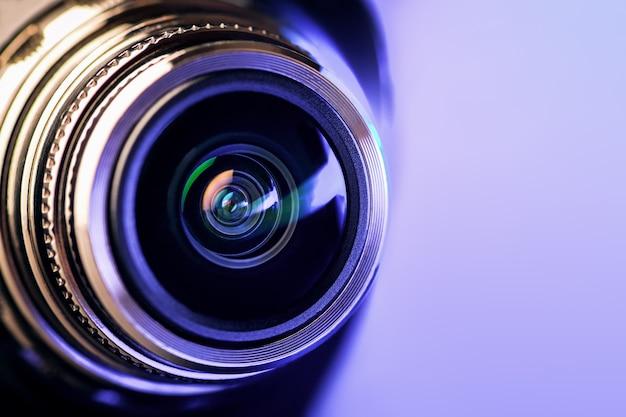 A lente da câmera com luz de fundo roxa. óptica. foto gorizontal