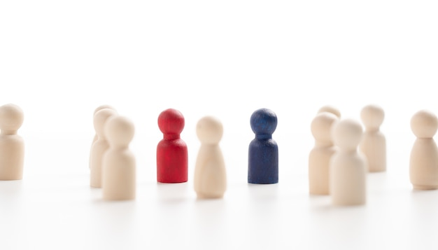A liderança da figura de madeira em pé sobre a caixa mostra influência e empoderamento. conceito de liderança empresarial para equipe líder, vencedor de competição de sucesso e líder com estratégia