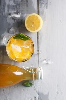 A limonada de kombucha é uma bebida fermentada feita de chá e limão, produzida usando a cultura scoby