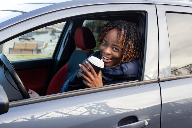 A linda e feliz mulher no carro