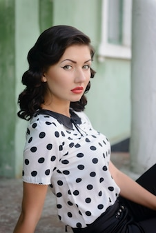 A linda garota em um estilo retro