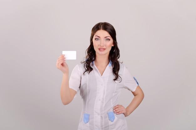 A linda garota o médico em um ambiente de trabalho