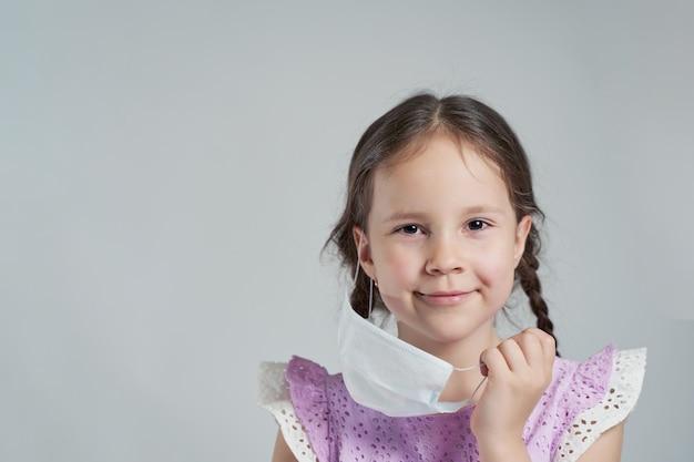 A linda garota remove sua máscara. haverá uma epidemia. vamos derrotar o coronovírus