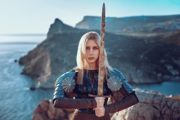A linda guerreira atacando com espada