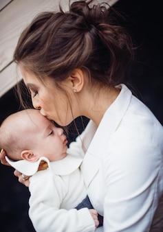 A linda mãe abraçando a filha