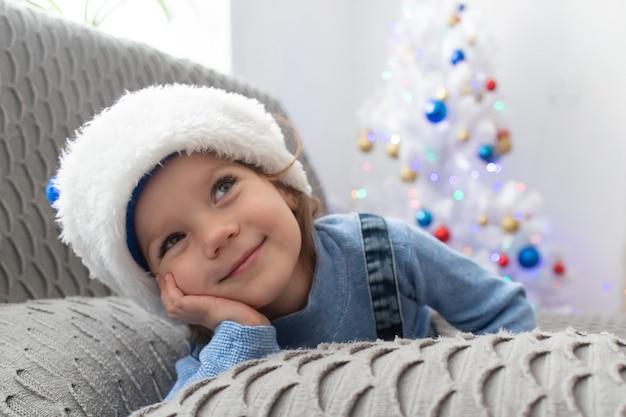 A linda menina em casa no natal