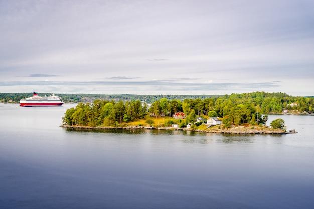 A linha brilhante de viking do navio de cruzeiros está indo entre o arquipélago em sweden.