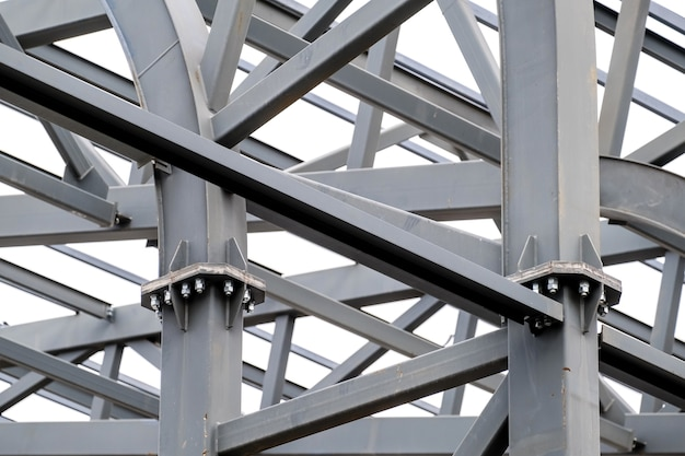 A linha do metal do telhado do estádio suporta a estrutura.