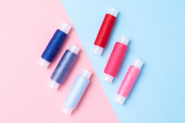 A linha multicoloured bobina no azul cor-de-rosa.